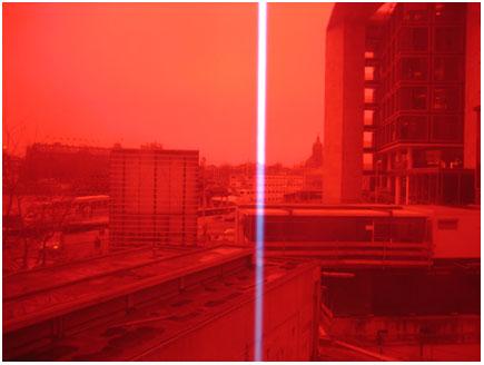 uitzicht door rood plastic