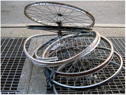 kapotte wielen voor de fietsverhuur ai ai